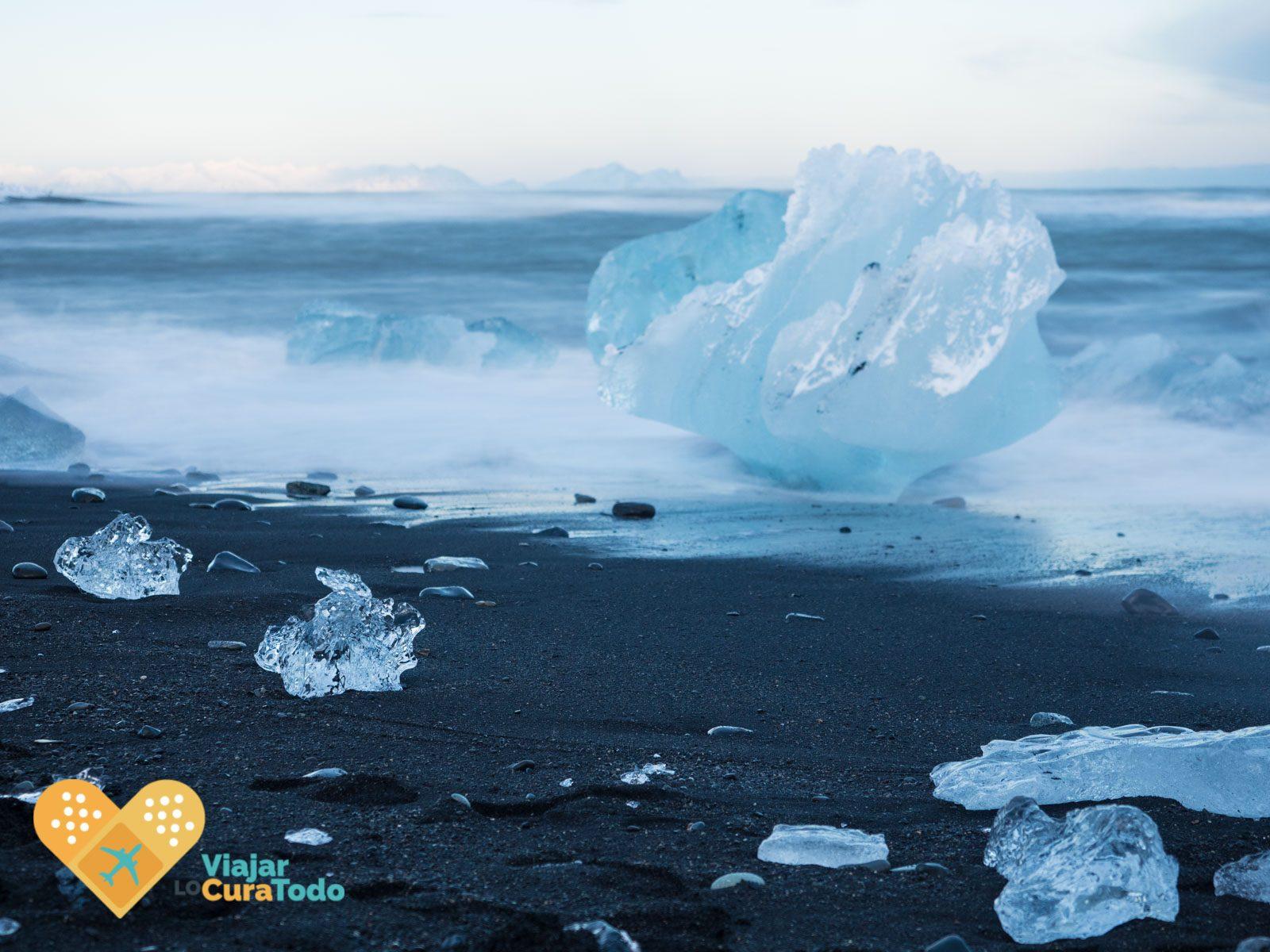 icebergs sobre la arena negra en diamond beach