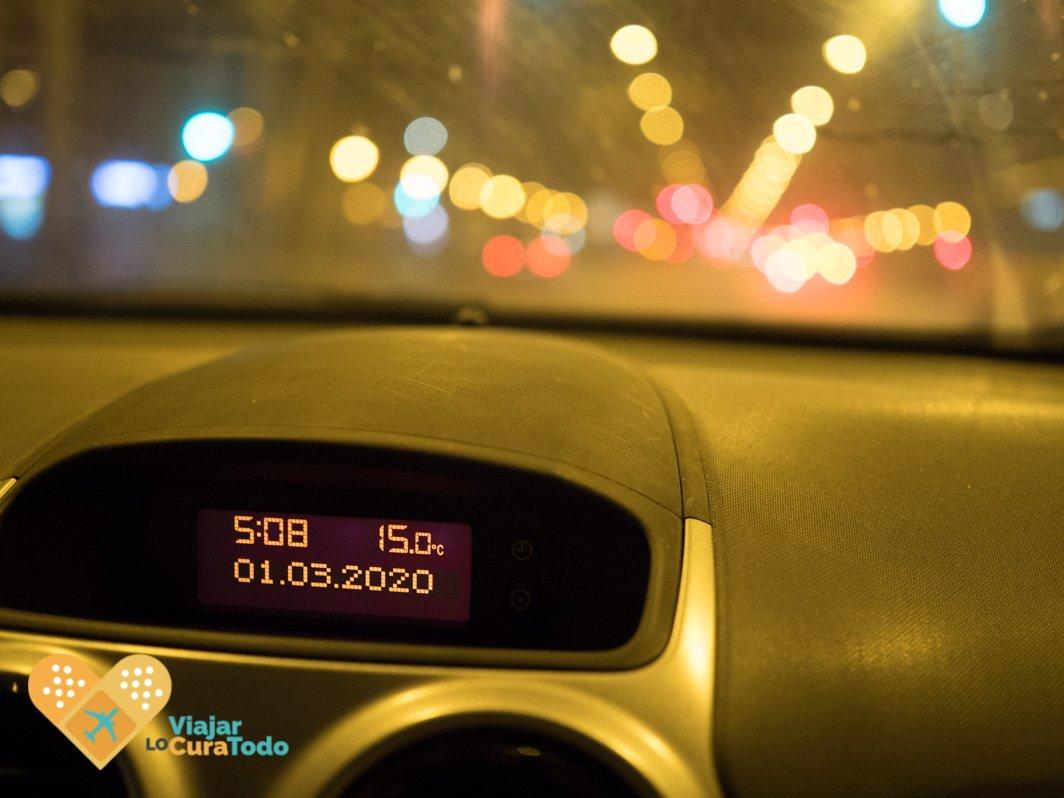 reloj de coche a las 5 de la mañana