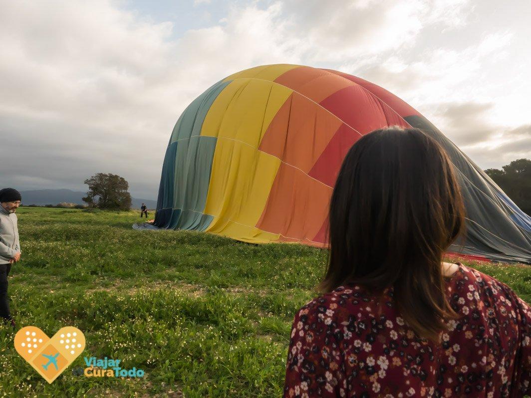 mujer mirando el globo