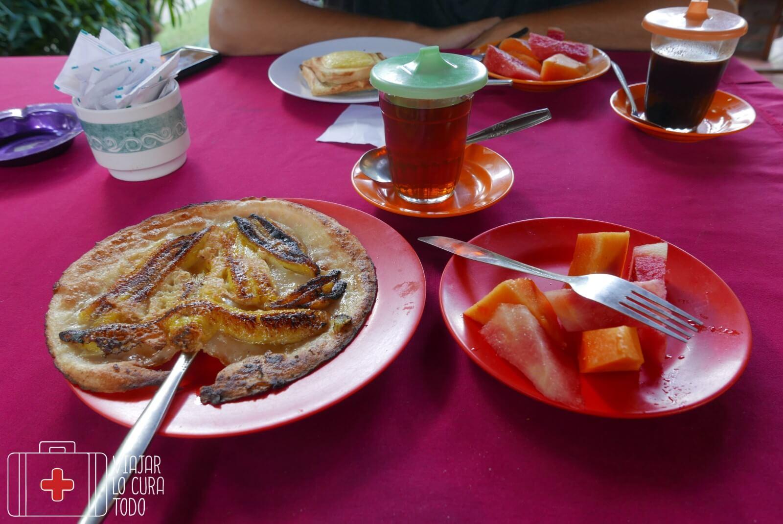 Pancakes, té y ensalada de frutas