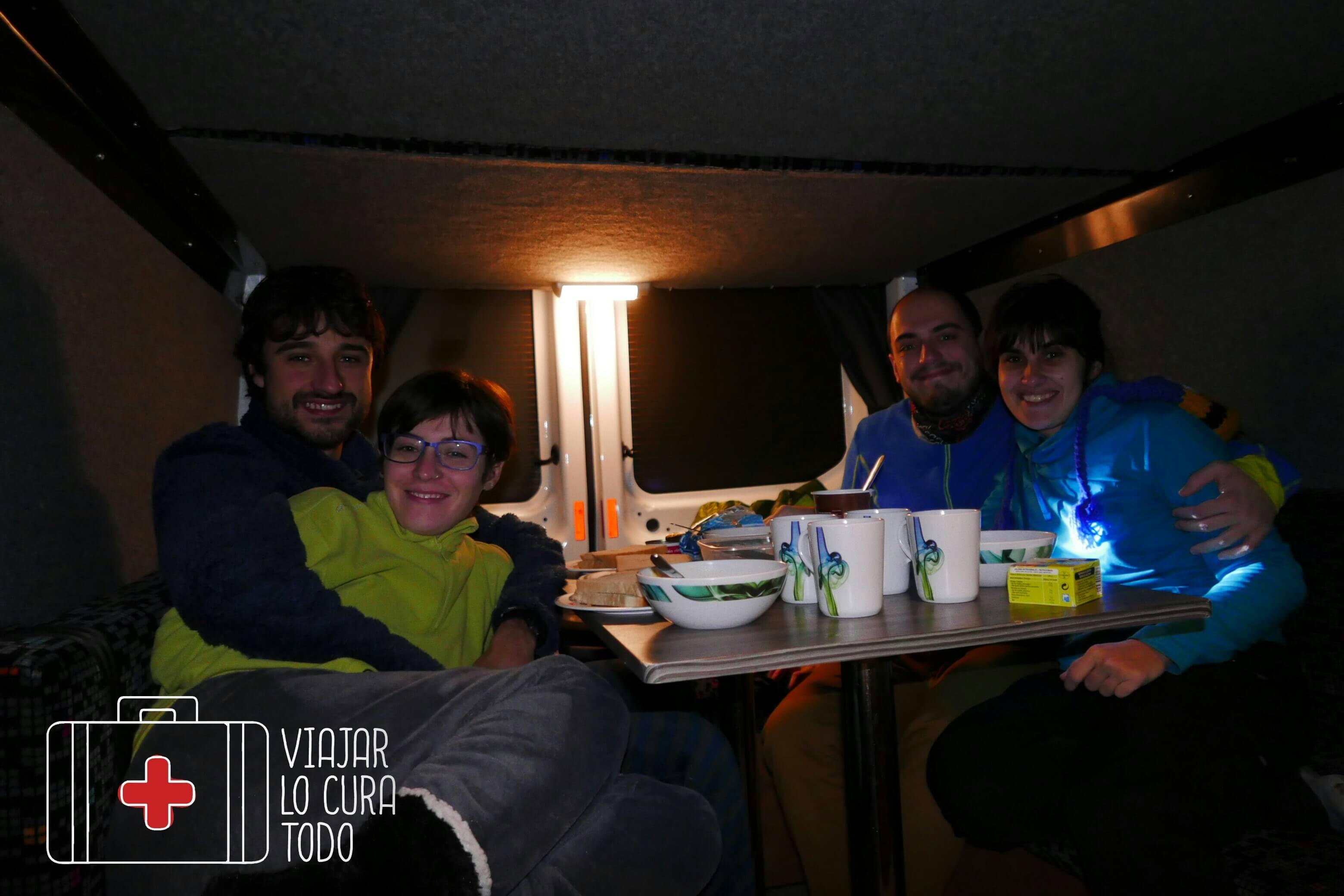 Cenando en la furgo