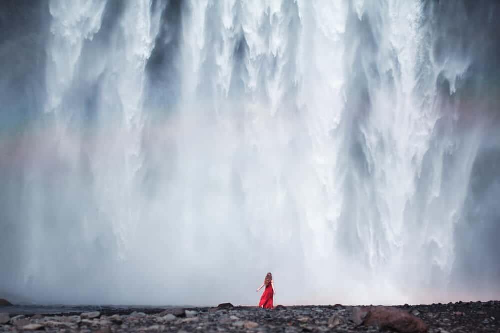 chica vestido rojo en Skogafoss