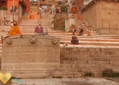 gente meditando en Varanasi