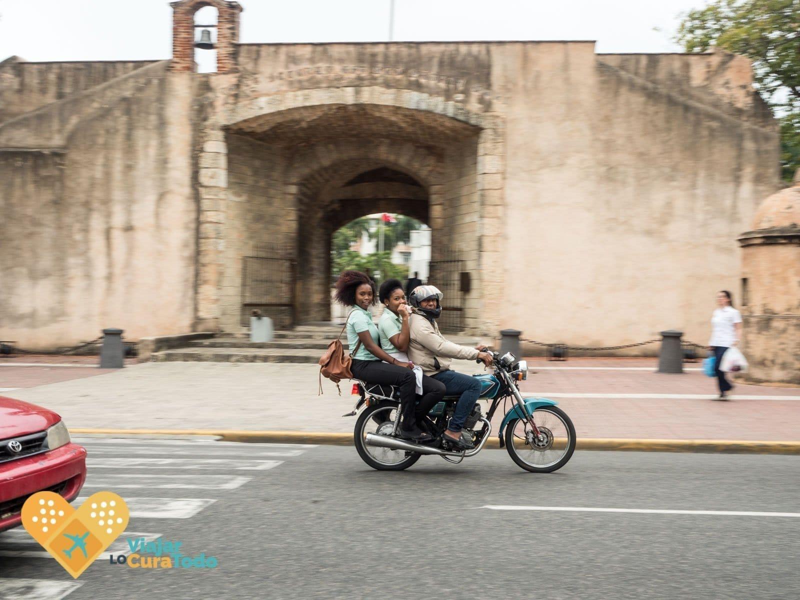 3 en una moto república dominicana