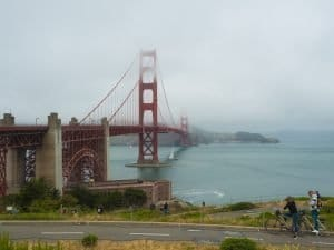 golden gate bajo la niebla