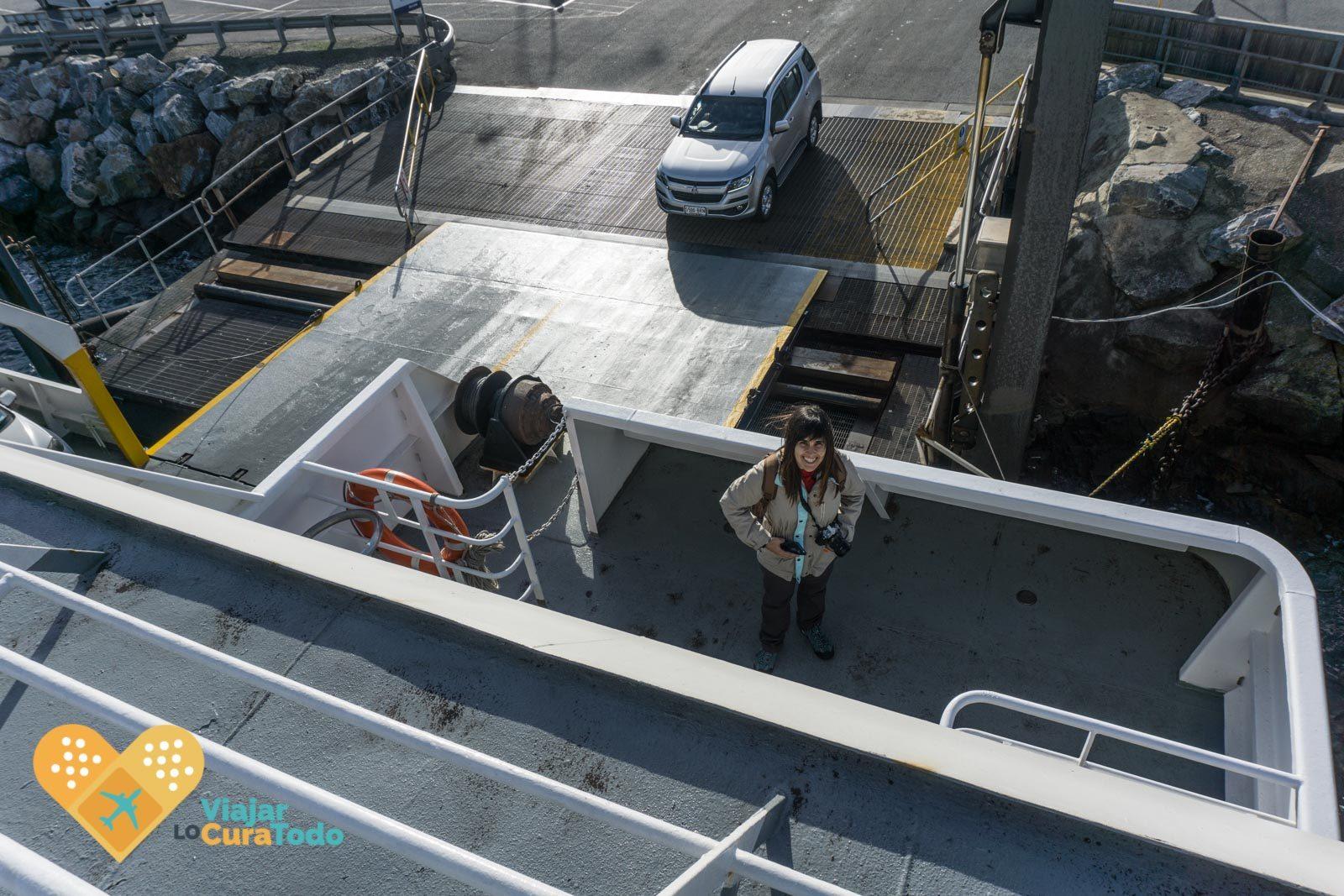 mujer en la cubierta del ferry