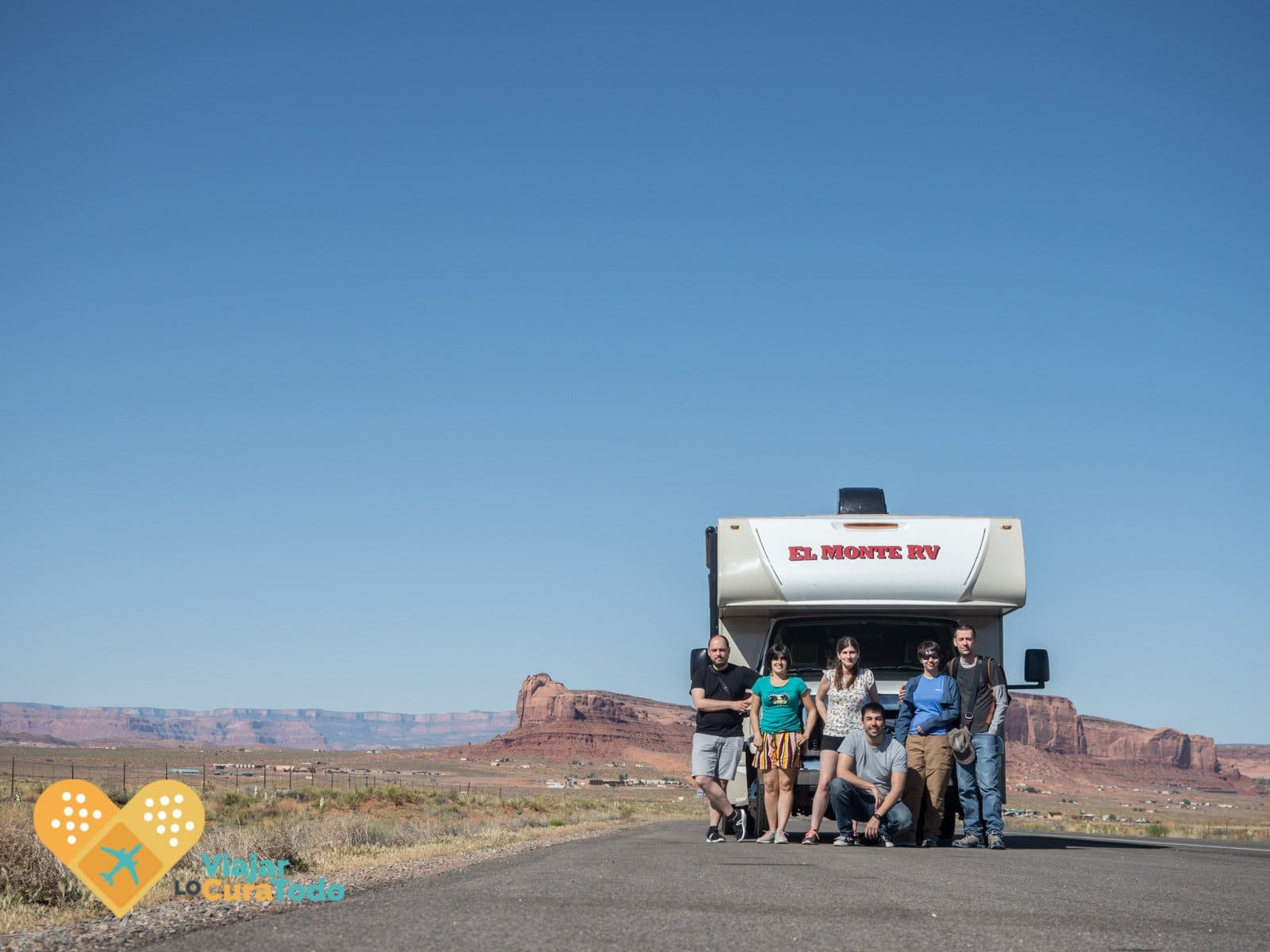Grupo de 6 amigos delante una autocaravana