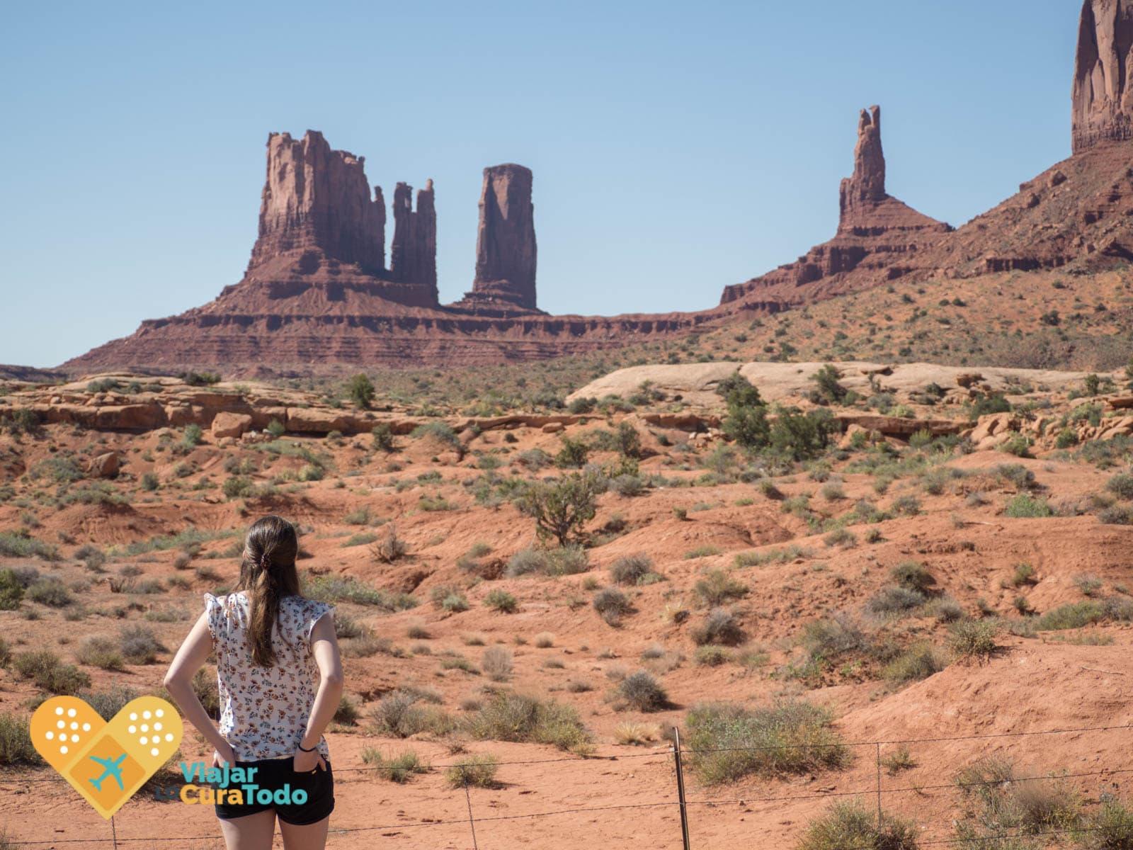 chica mirando las formaciones de monument valley