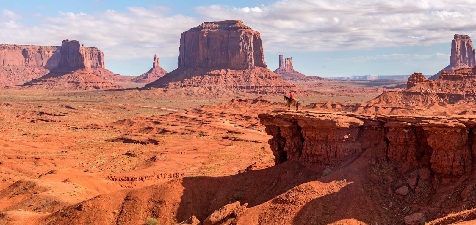 hombre montado a caballo en Monument Valley