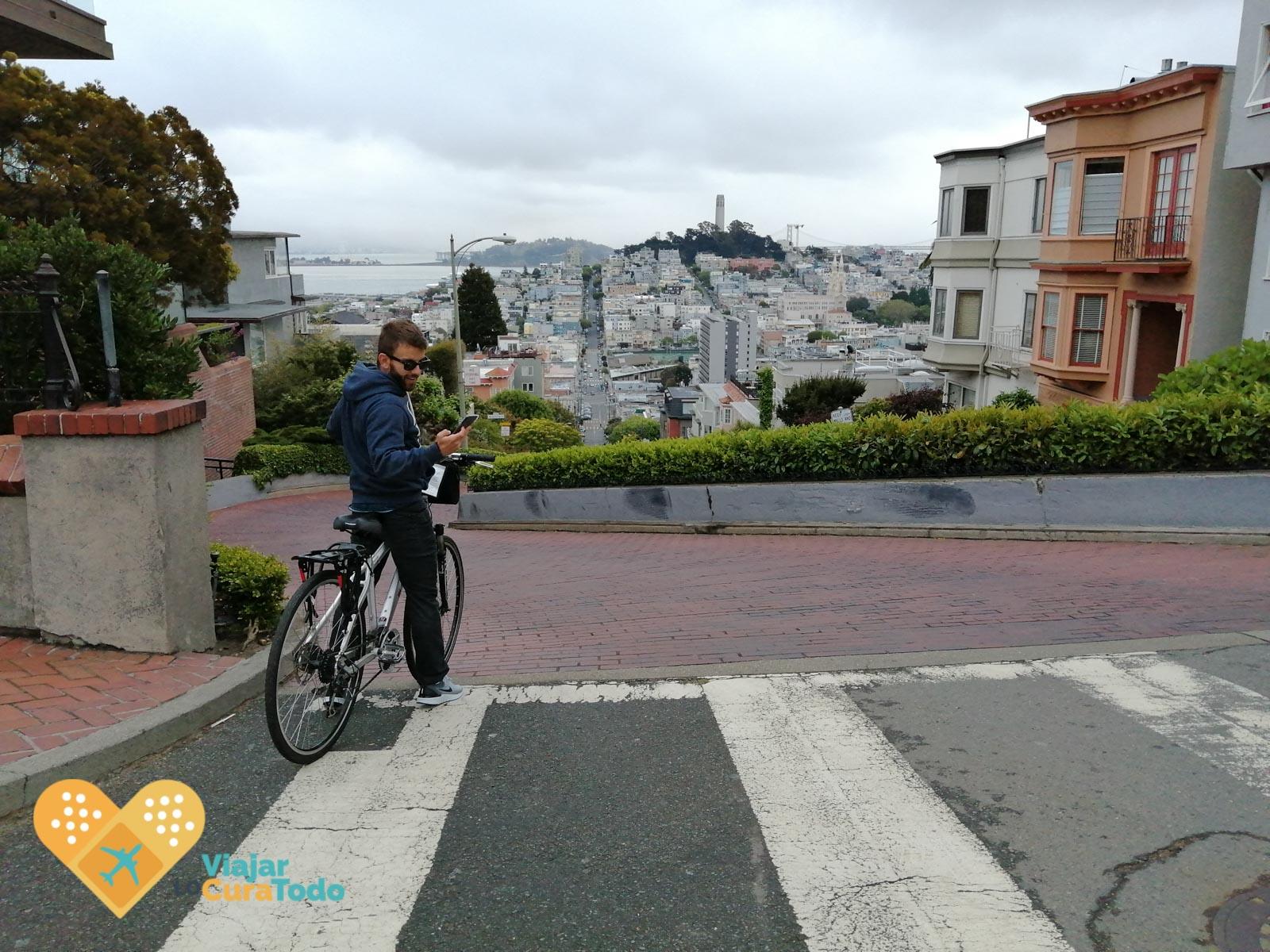bicicleta en lo alto de Lombard Street