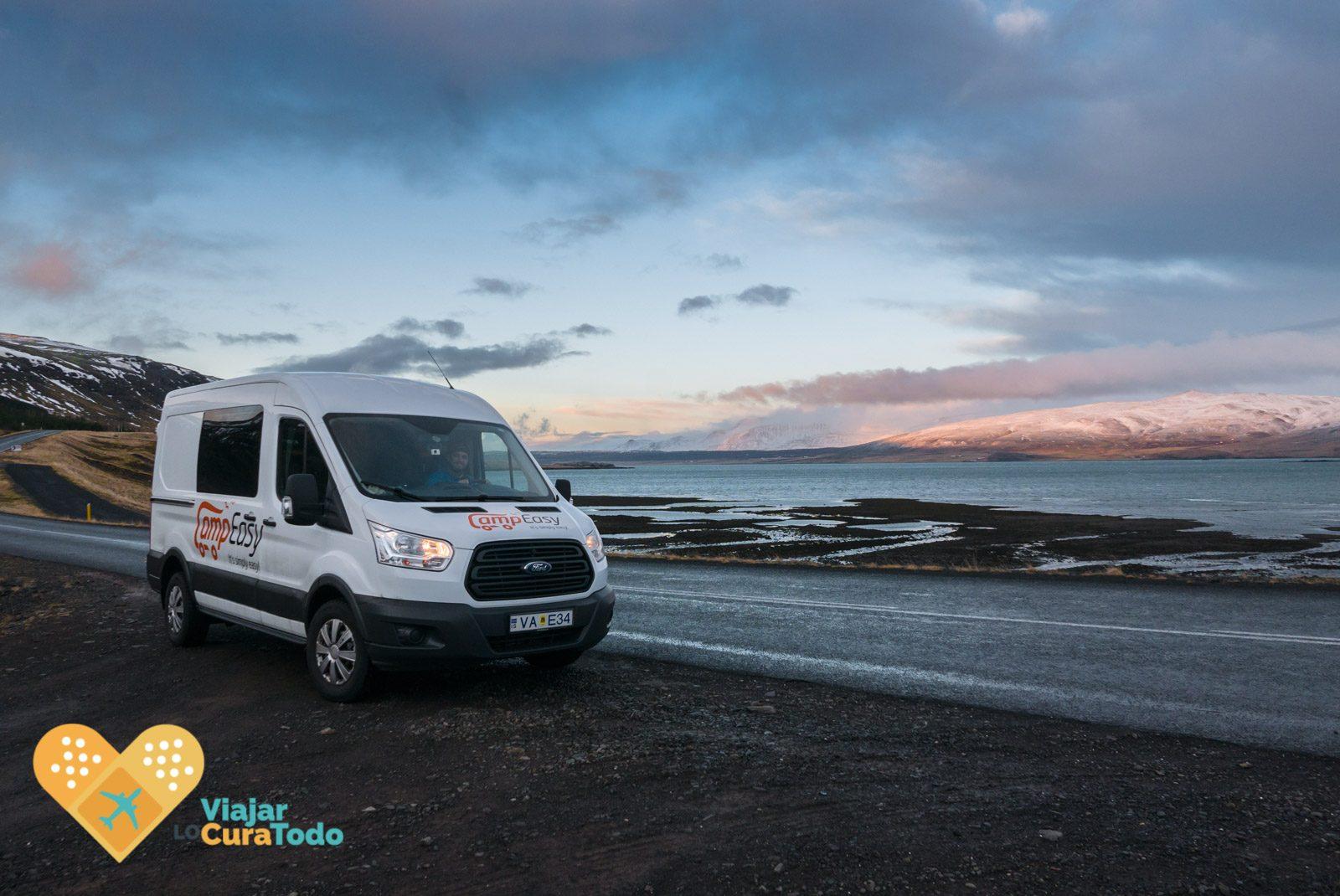 carretera por fiordo islandés